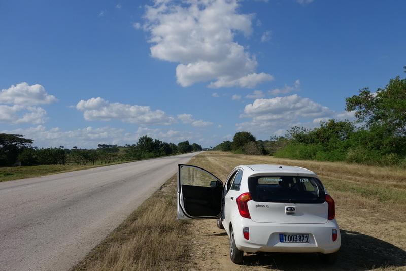 Recht: Unser Mietwagen in Kuba - Links: Die Autopista