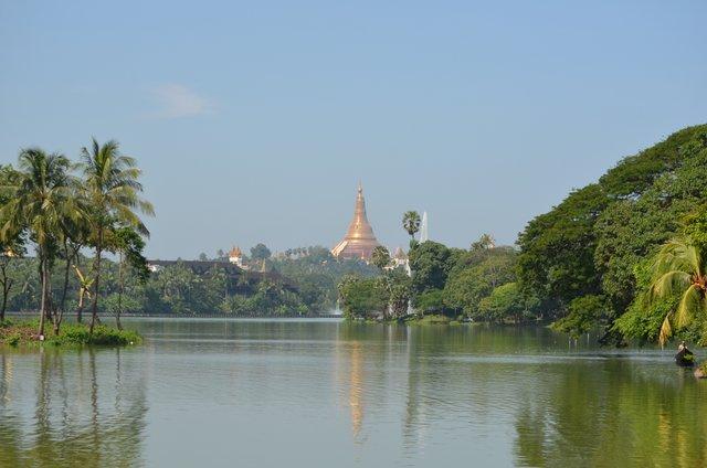Myanmar Yangon Blick auf Shwedagon Pagode von Kandawgyi See