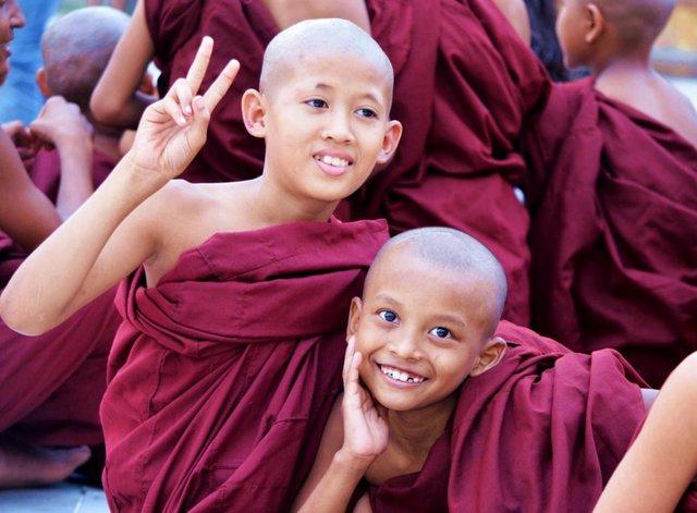 Myanmar Yangon Mönche an der Shwedgagon Pagode