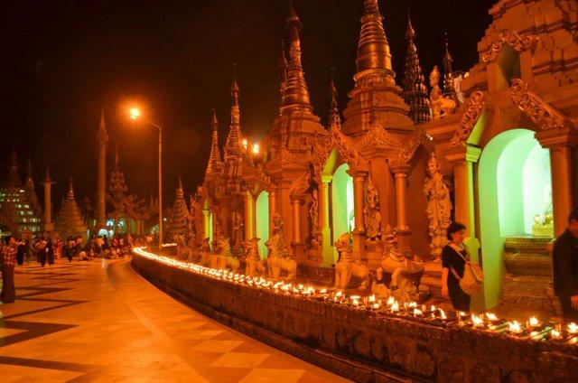 Myanmar Yangon Shwedagon Pagode bei Nacht