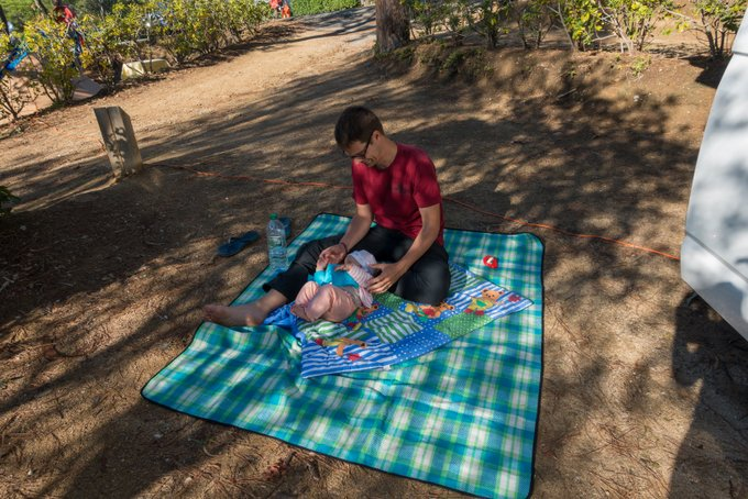 Reisen mit Baby Spielen auf der Krabbeldecke