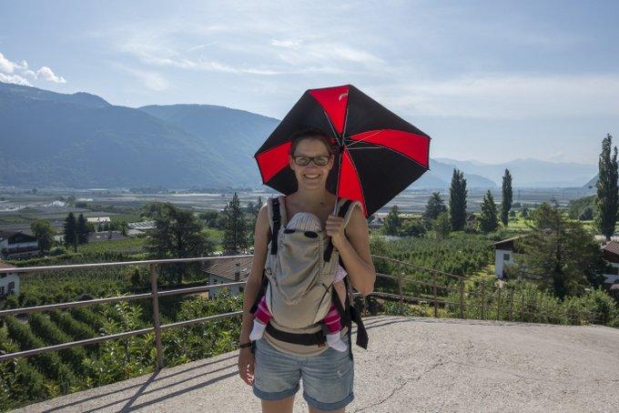 Wandern mit Baby und Sonnenschirm