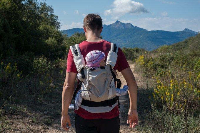 Wandern mit Baby in der Trage