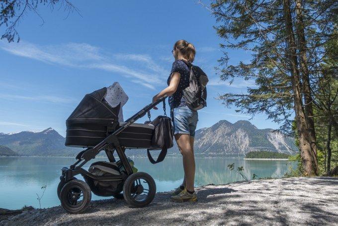 Wanderung mit Baby (Spaziergang) am Walchensee mit 4 Wochen altem Baby