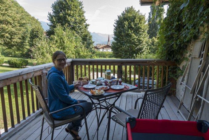 Urlaub mit Baby und Kleinkind Frühstück auf der Terrasse