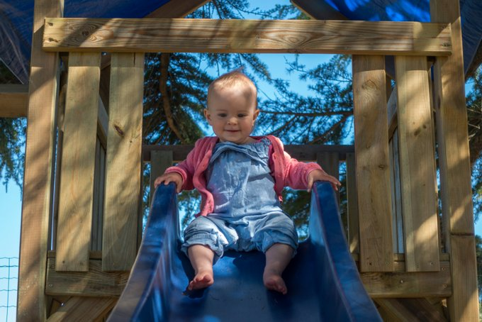 Urlaub mit Baby und Kleinkind Rutsche im Garten