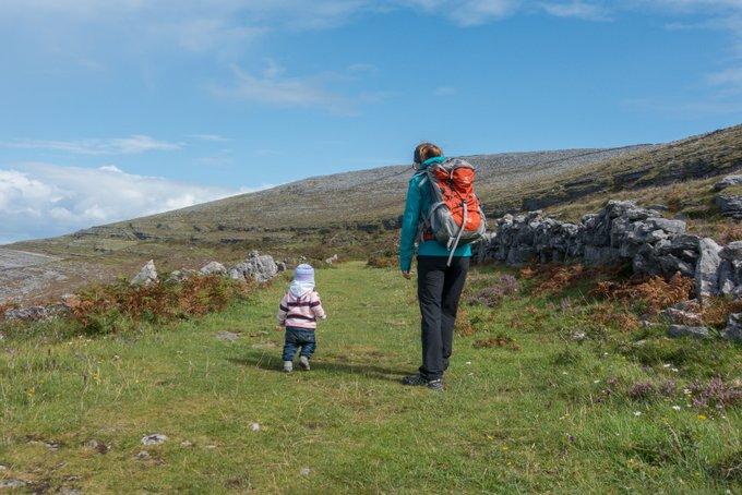 Roadtrip Irland Kleinkind Wanderung The Burren