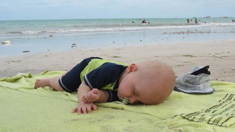 Jetlag mit Kindern Diese 4 Tipps helfen wirklich. Schlafen am Strand