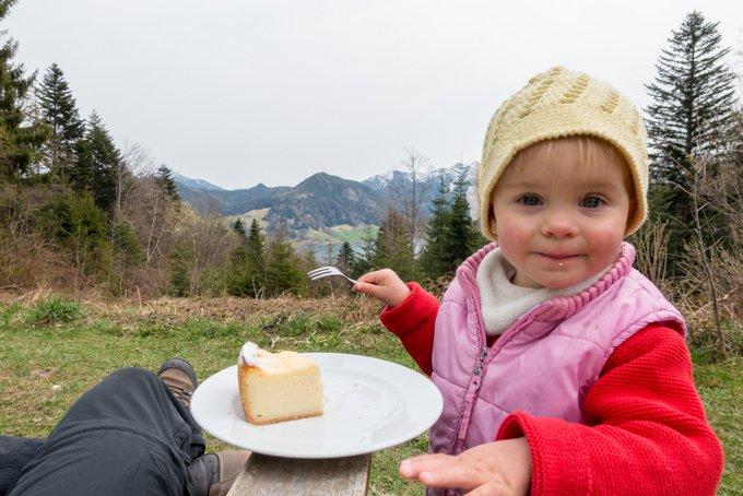 Kaffee, Kuchen und ein Kleinkind - Wer wohl den größten Hunger auf Kuchen hat