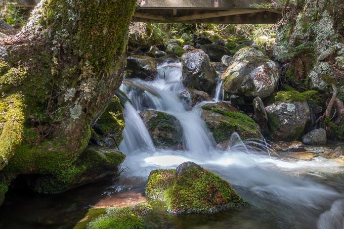 Wasserfall mit Brücke Lanzeitbelichtung ohne Graufilter