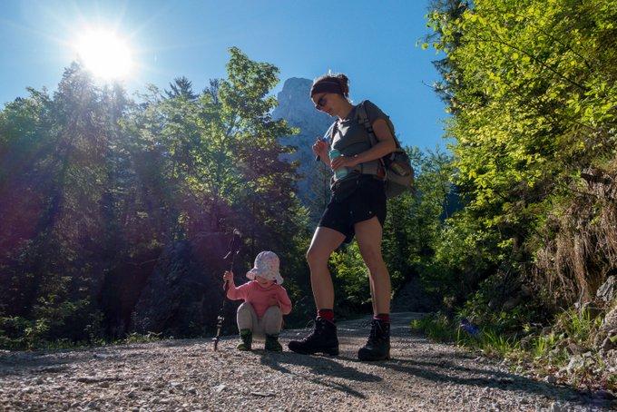 Wandern mit Kraxe und Kind Zeit für selbst laufen