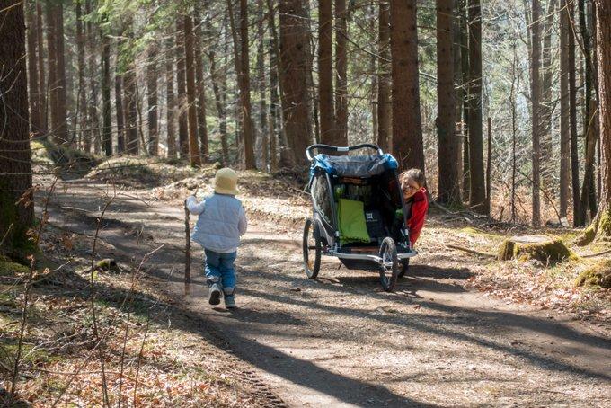 Spaß beim Wandern mit dem Kinderwagen