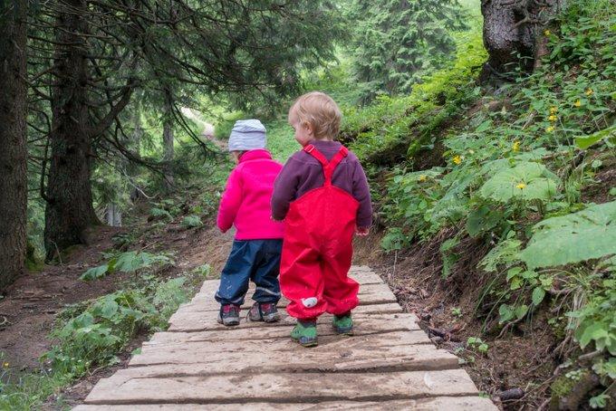Wandern mit Kleinkind mit Freunden