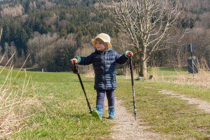 Wandern mit Kleinkind und Wanderstöcken