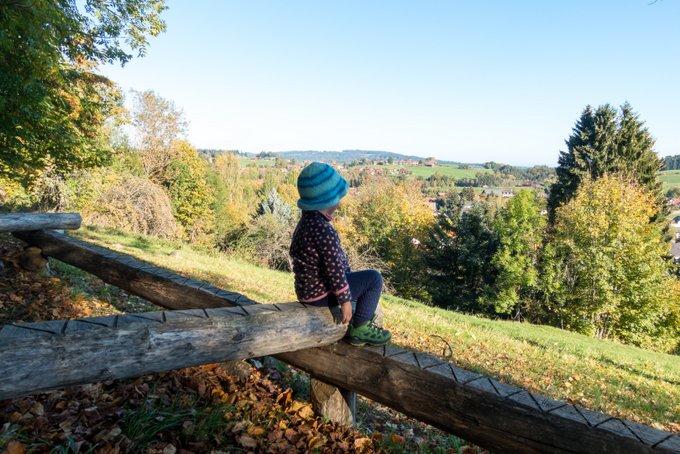 Wandern mit Kindern im Herbst Milde Temperaturen genießen
