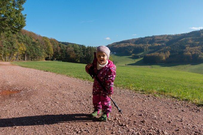 Wandern im Herbst mit Kleinkind