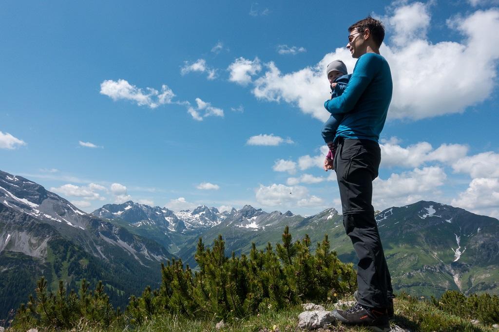 Wandern mit Baby Tragehilfe Pause