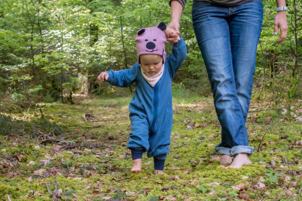 Barfuß laufen mit Baby