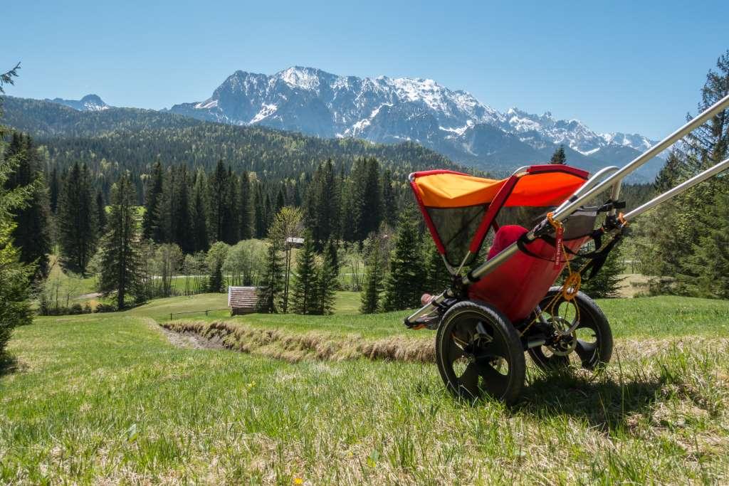 Outdoor Kinderwagen mit Bergpanorama