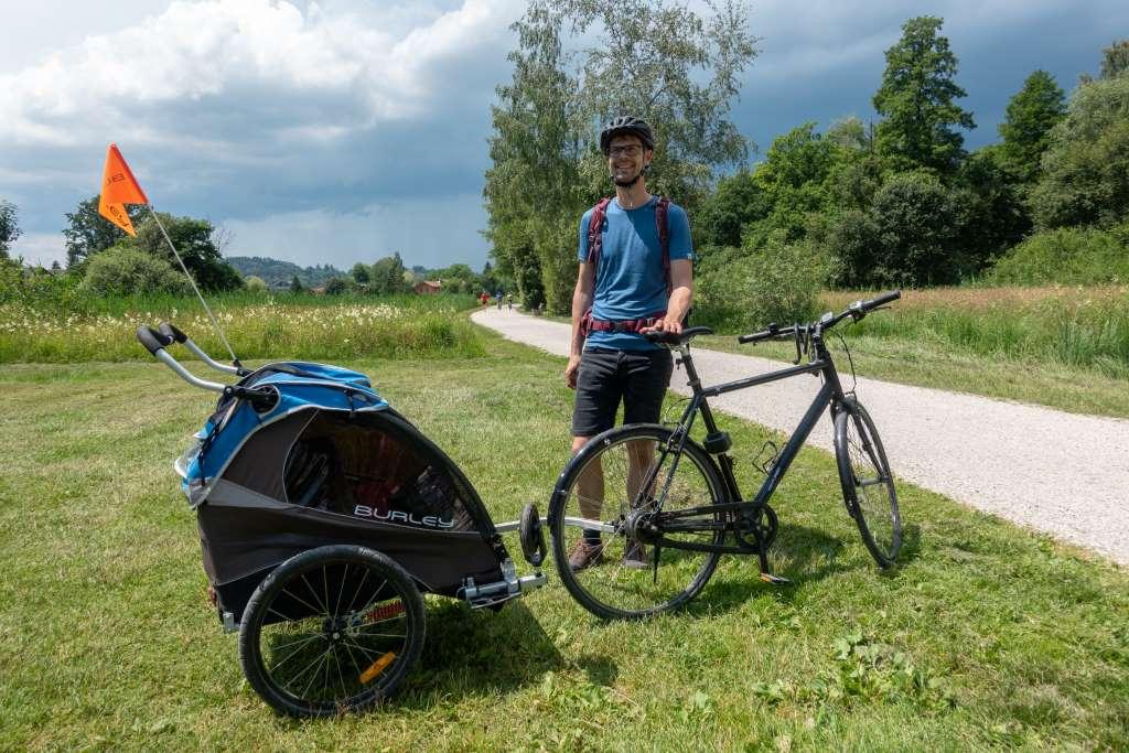 Chiemsee Radweg mit Fahrradanhäger von Burley