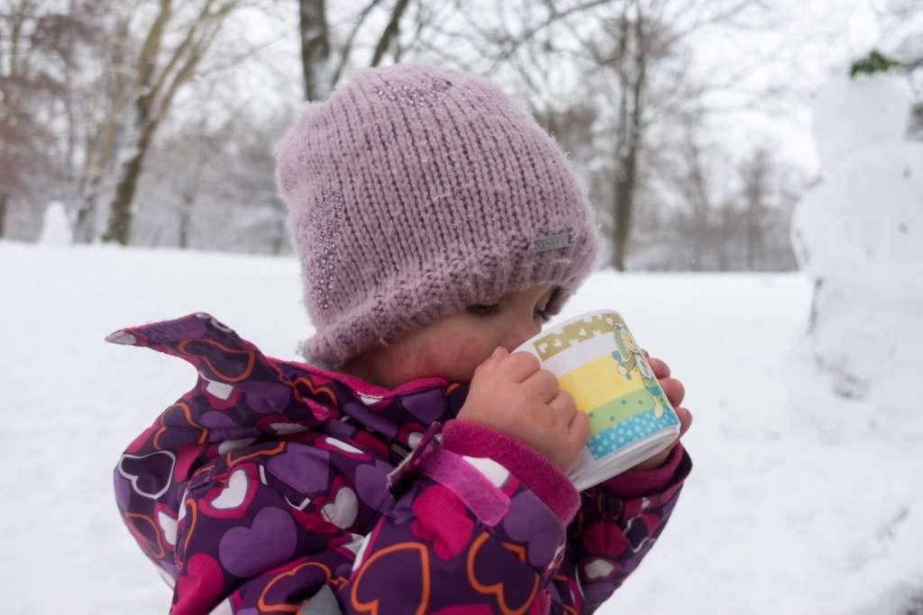 Mikroabenteuer im Schnee Punsch trinken