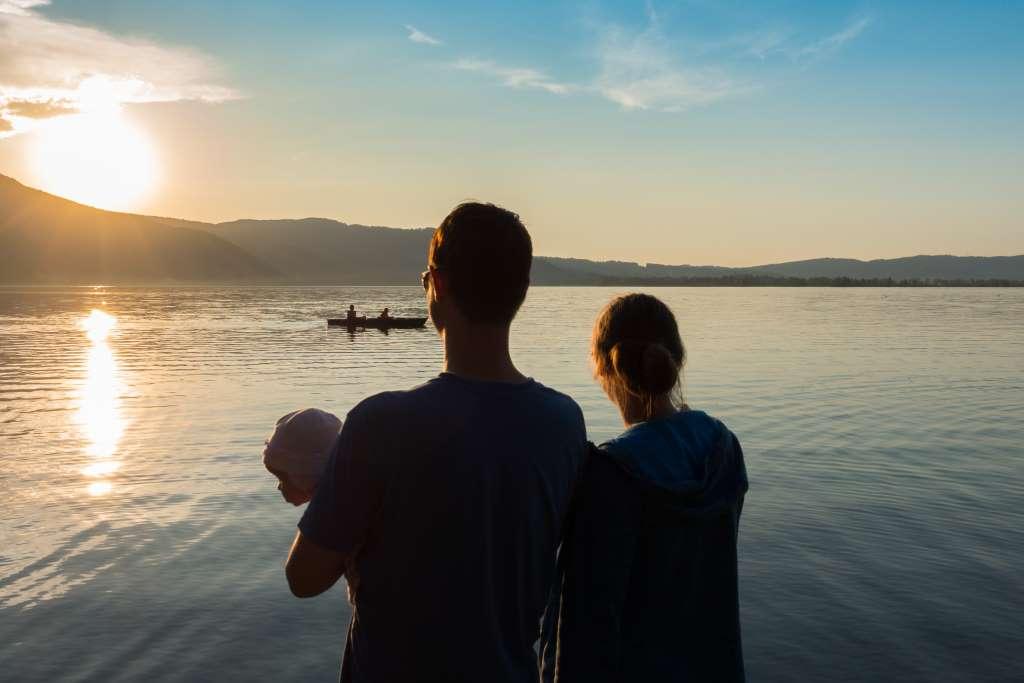 Sonnenuntergang am See mit Kindern