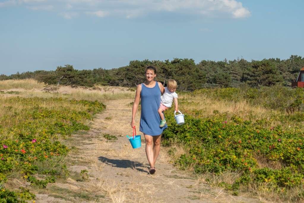 Auf dem Weg zum Strand mit Kindern Dänemark