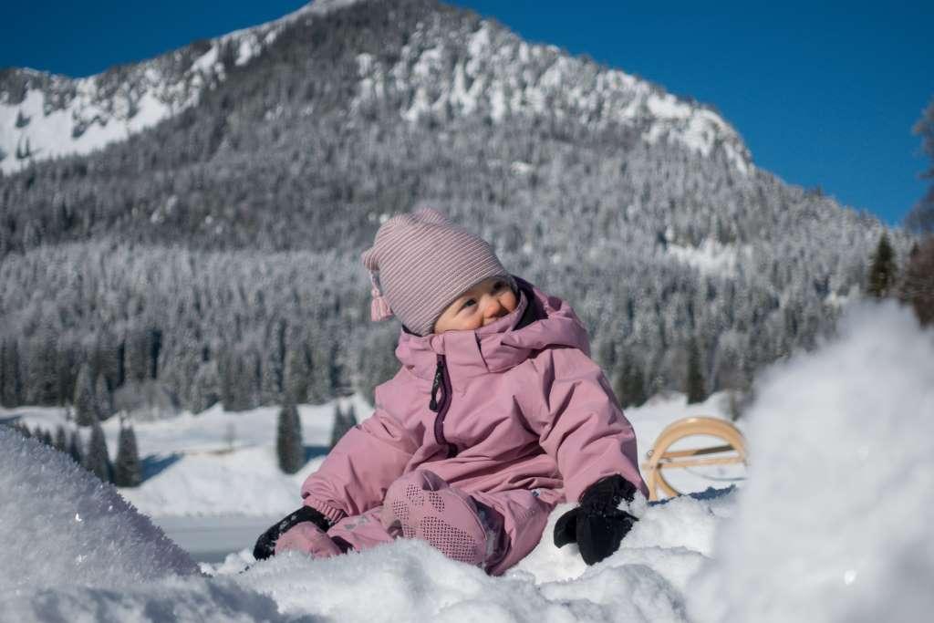 Baby im Schneeanzug Berge