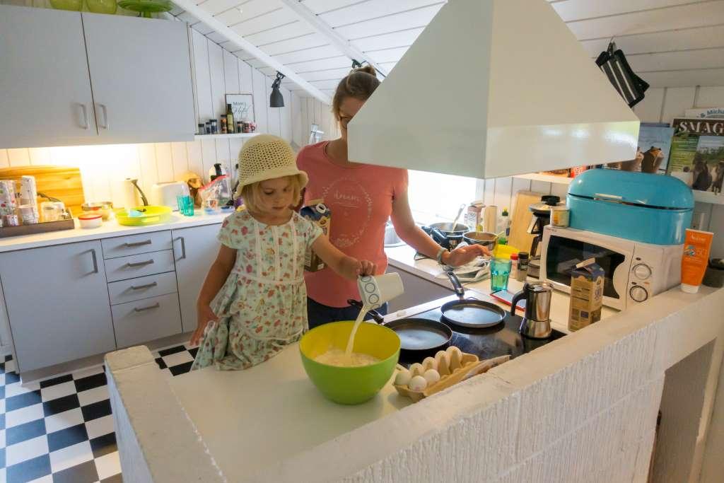 Familien Reiseblogger backen Pfannkuchen