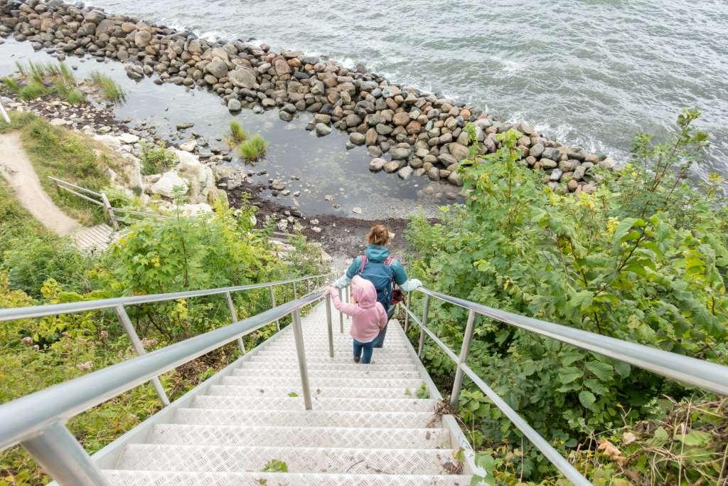 Stevns Klint Treppe mit Kind
