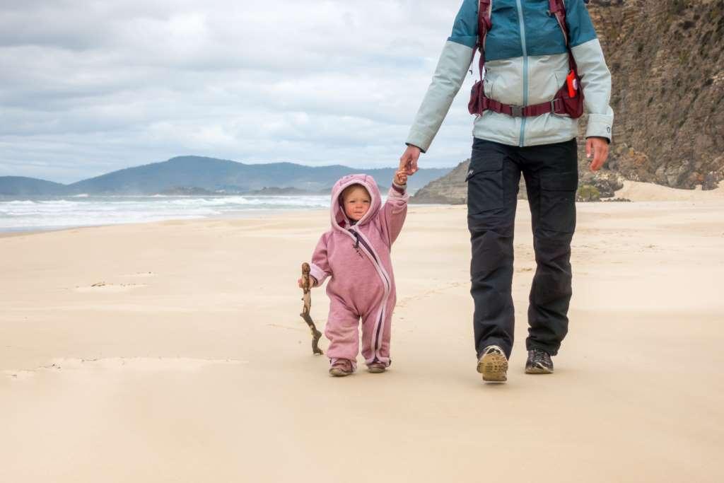 Wandern mit Baby am Strand
