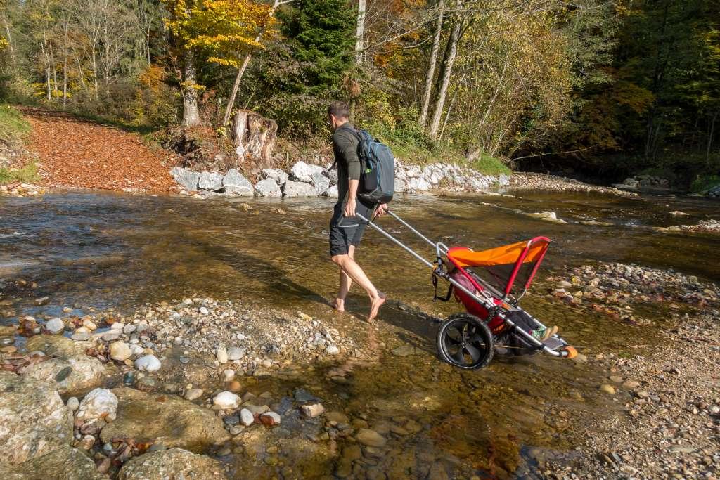 Flussüberquerung mit Kinderwagen