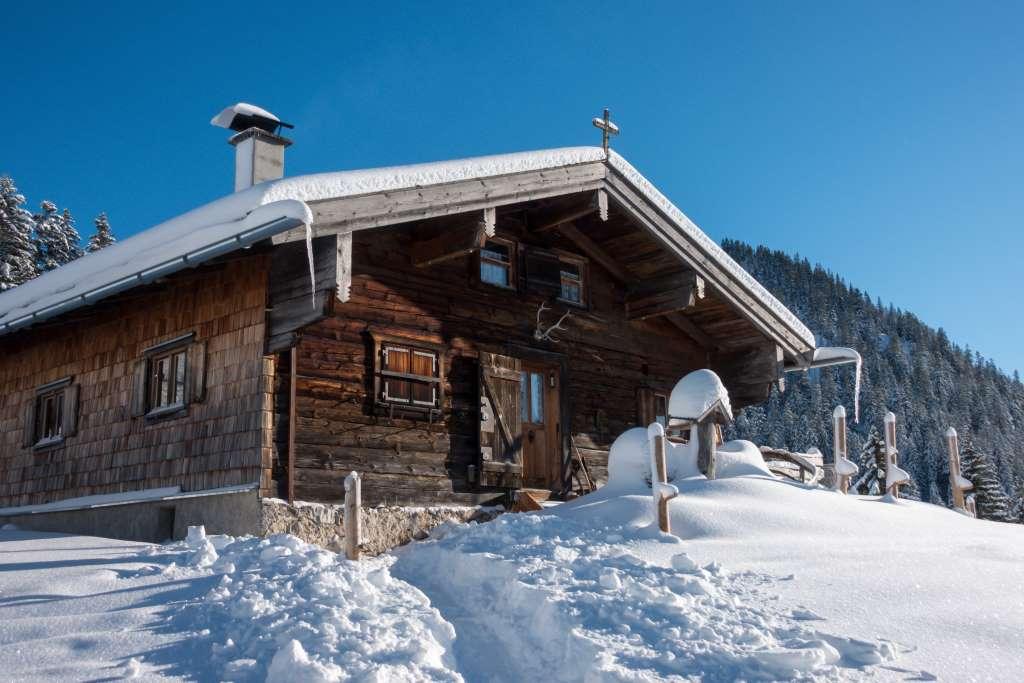 Hütte beim Winterwandern mit Kindern