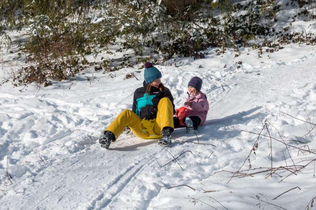 Schlittenfahren mit Kindern im Winter