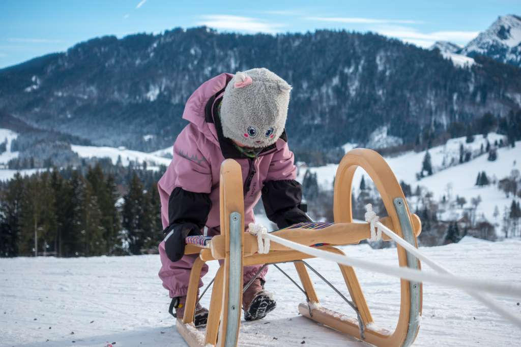 Schlittenfahrt beim Winterwandern