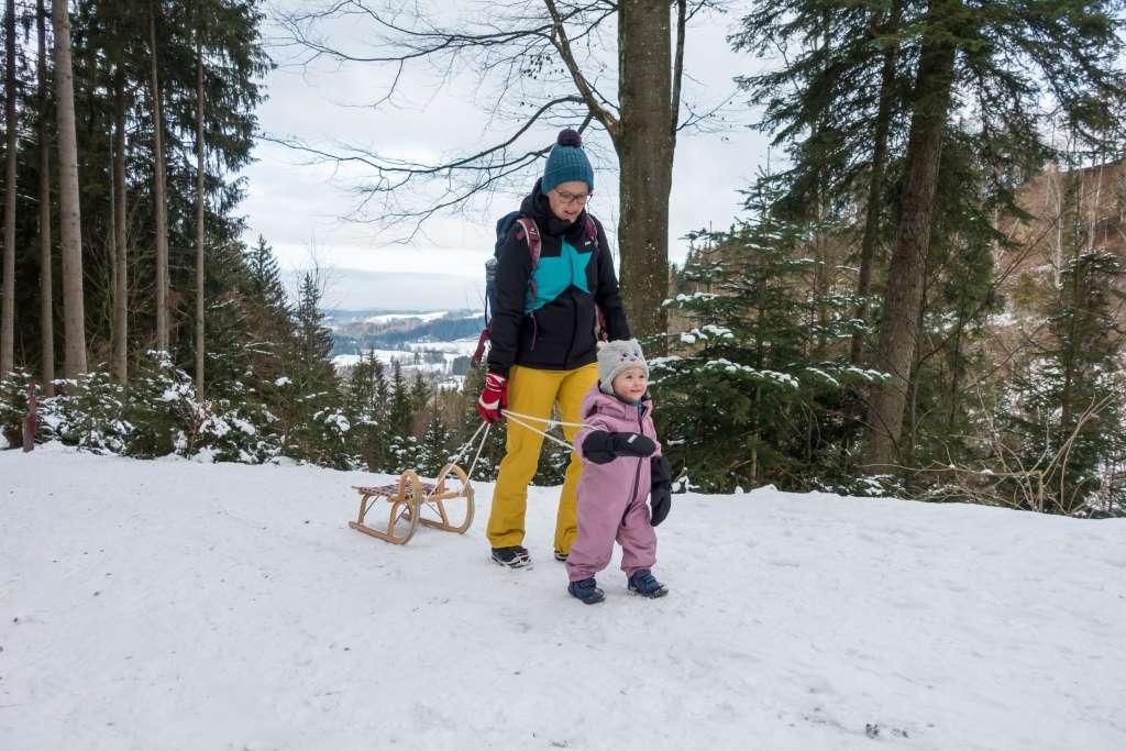 Winterwanderung mit Kind und Schlitten
