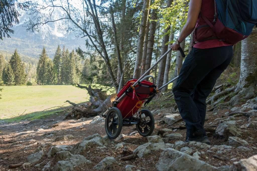 Bergab Wandern mit Kinderwagen über Steine