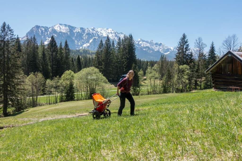 Bergauf Wandern mit Outdoor Kinderwagen