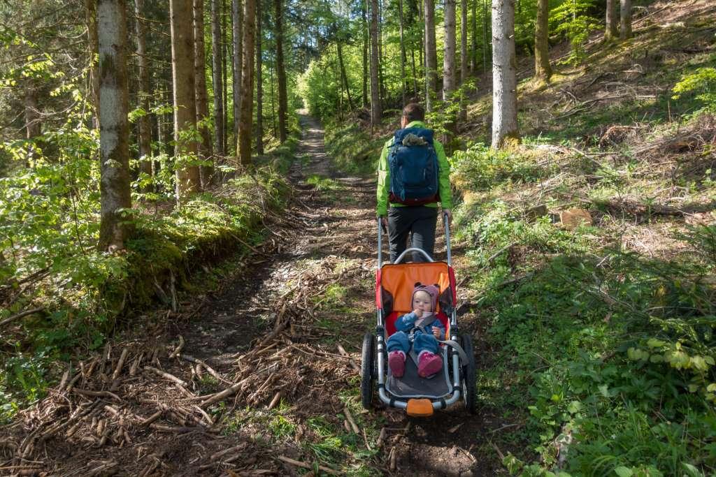 Outdoor Kinderwagen bergauf ziehen